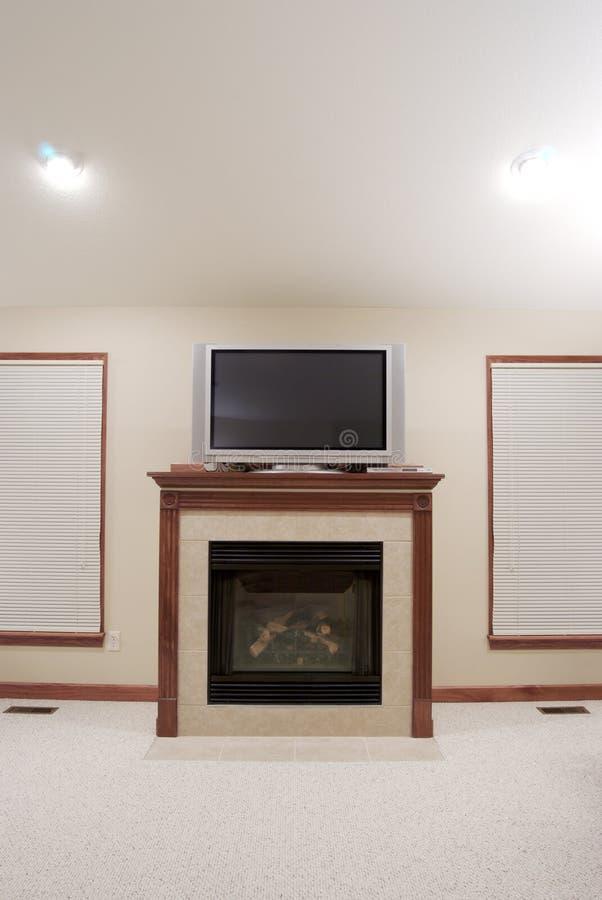 Kamin und Fernsehapparat stockbild