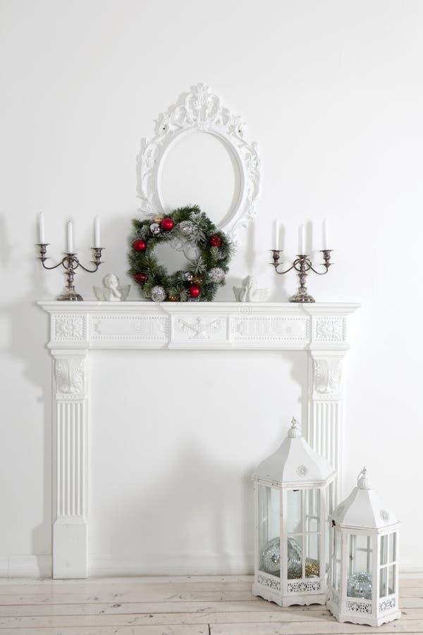 Kamin verziert für Weihnachten stockbild