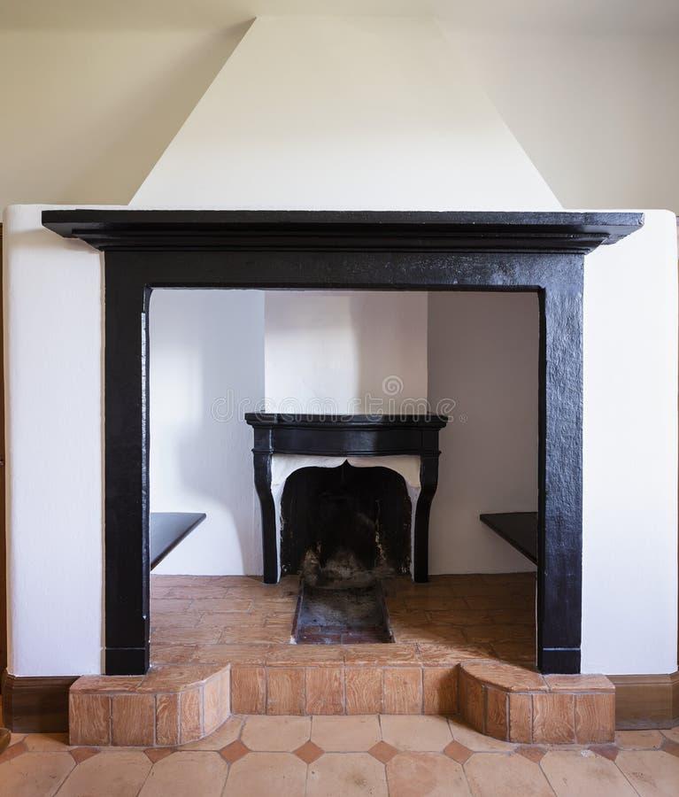 Kamindetail in den schwarzen Marmor- und weißen Wänden lizenzfreie stockfotografie