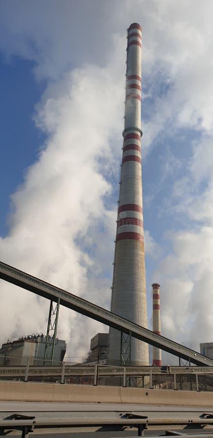 Kamine des Kakanj-Wärmekraftwerks lizenzfreies stockbild