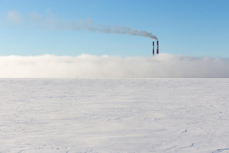 Kamine im Nebel auf dem gefrorenen See stockbild