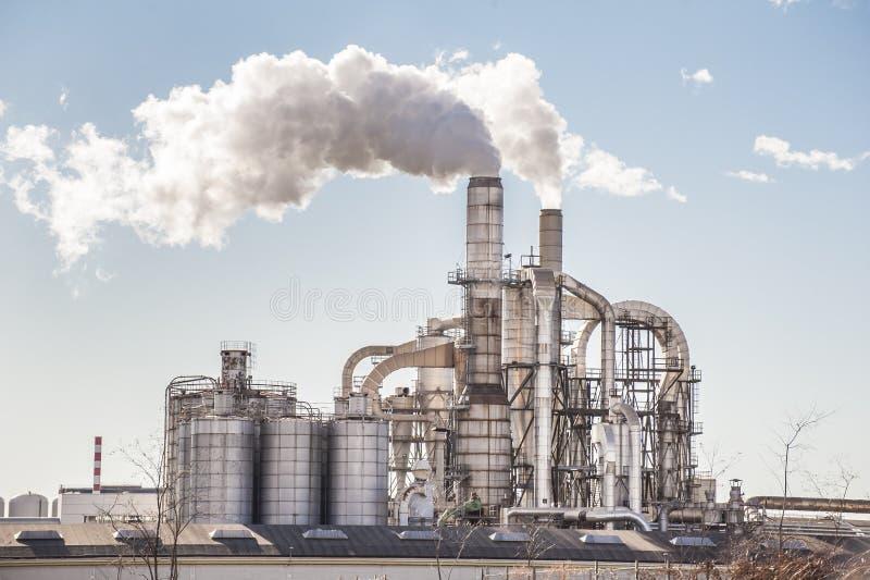 Kamine und Silos einer Fabrik lizenzfreies stockfoto