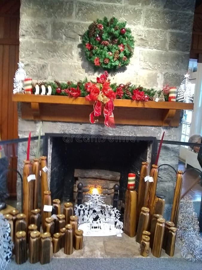 Kaminsims verziert für Weihnachten lizenzfreies stockfoto