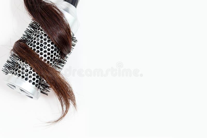 Kamm mit dem dunklen Haar lokalisiert auf Draufsicht des weißen Hintergrundes stockfotografie