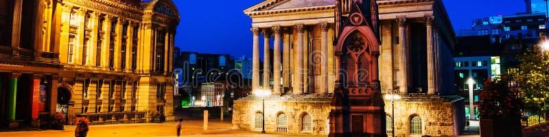 Kammarherrefyrkant på natten med det upplysta stadshuset och kammarherren Memorial i Birmingham, UK royaltyfria foton