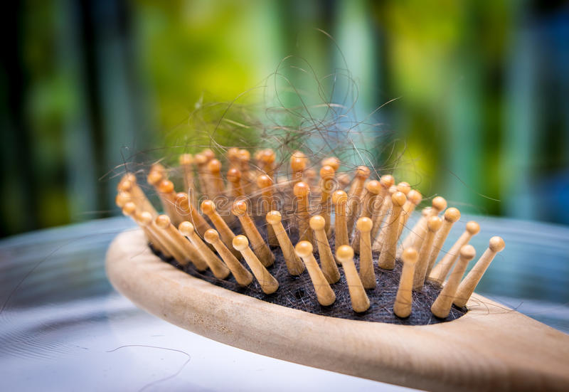 Kammbürste mit dem verlorenen Haar stockfotografie