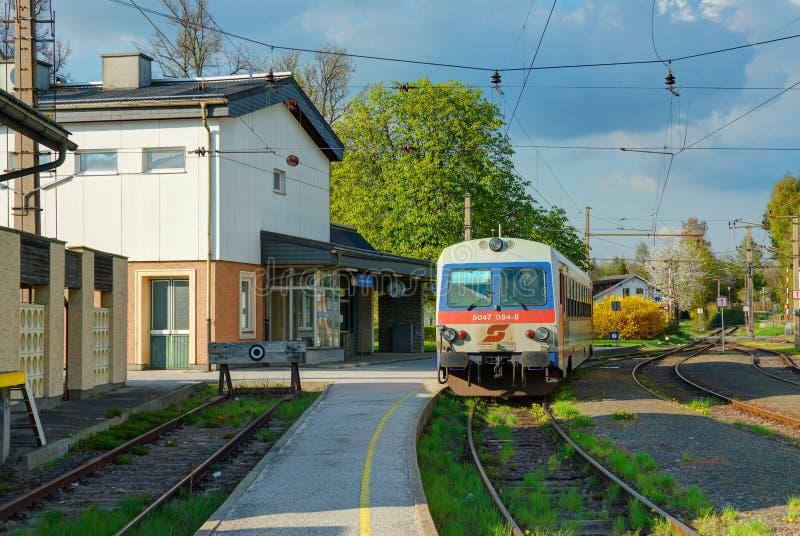 KAMMER, АВСТРИЯ, 18-ОЕ АПРЕЛЯ 2009: Станция Kammer-Schorfling старой моды железнодорожная швейцарская и motrice пассажира теплово стоковые изображения rf
