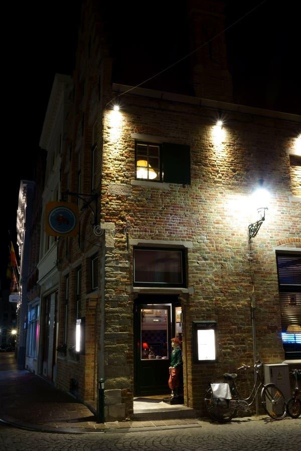 Kammernachtszene Eingang zu einem Restaurant mit einem Mannequin lizenzfreie stockbilder