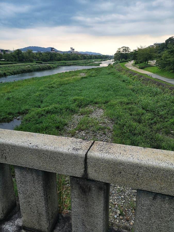 Kamogawa rivier in Kyoto, stroomopwaarts op overuitzending stock foto