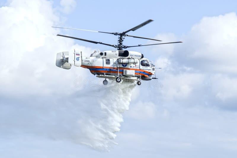 Kamov Ka-32A11BC helikopter som tappar vatten royaltyfri fotografi