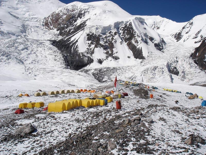Kamp onder een berg in Pamirs royalty-vrije stock foto's