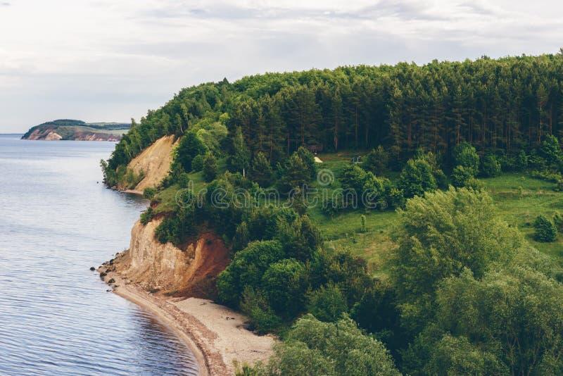 Kamp op rivierbank royalty-vrije stock afbeeldingen