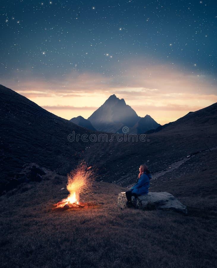 Kampbrand op bergen royalty-vrije stock afbeeldingen