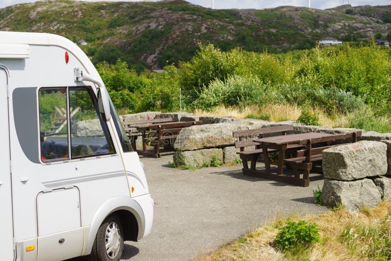 Kampeerautoauto op rust eindegebied stock afbeeldingen