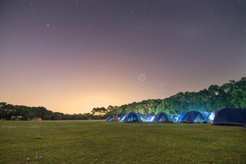 Kampeerterrein bij Nacht royalty-vrije stock foto