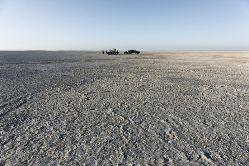 Kampeerterrein op Sua-pan toneel groot vlak gebied van zoute panwoestijn, royalty-vrije stock foto