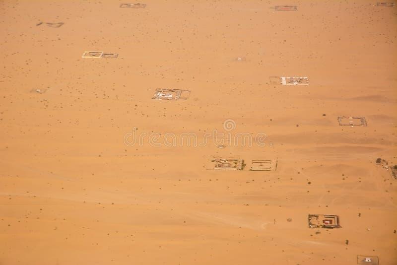 kampen die van hierboven onder het woestijnzand worden gezien in de Verenigde Arabische Emiraten stock fotografie