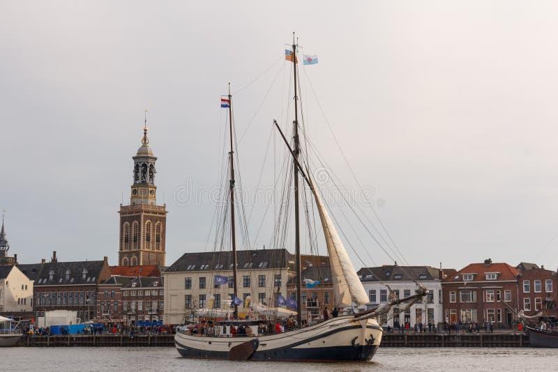 Kampen Nederländerna - mars 30, 2018: Tjalk De Schuttevaer a royaltyfri bild
