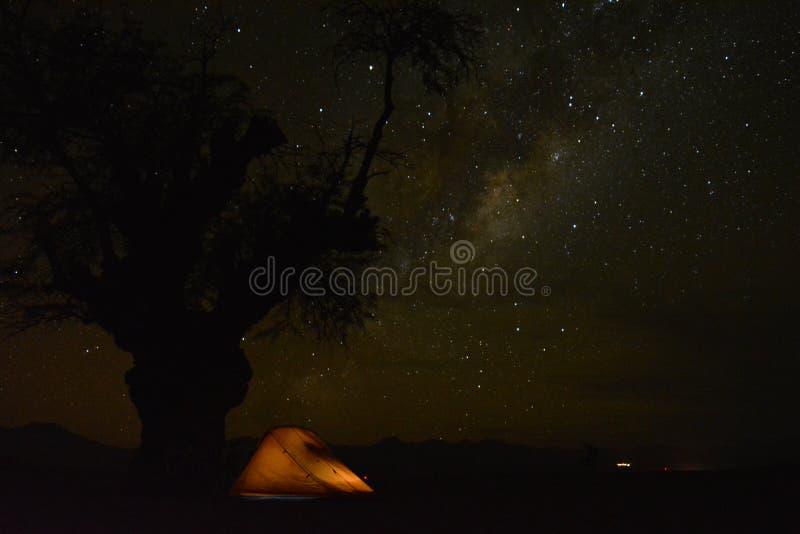 Kamperend in de Atacama-Woestijn, Chili, onder miljoenen sterren stock foto