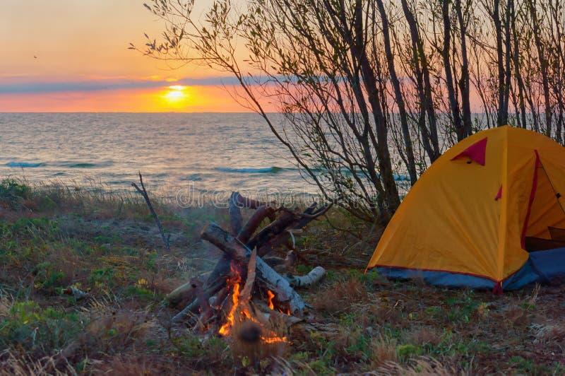 Kamperend door het overzees, toeristentent bij zonsondergang stock fotografie