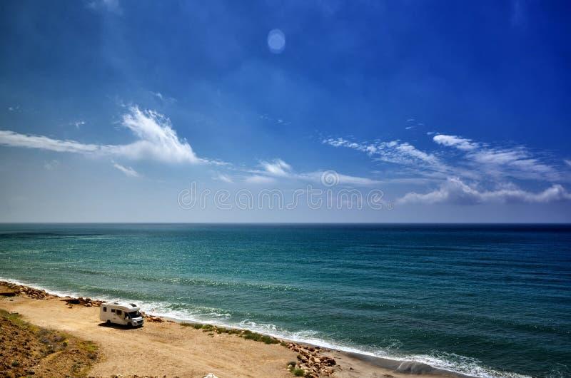Kamperend op het strand met een caravan, vrijheidsconcept royalty-vrije stock foto