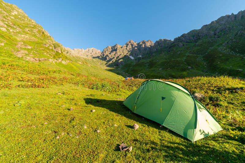 Kamperend in tent in wilde bergen, Svaneti, Georgië stock foto