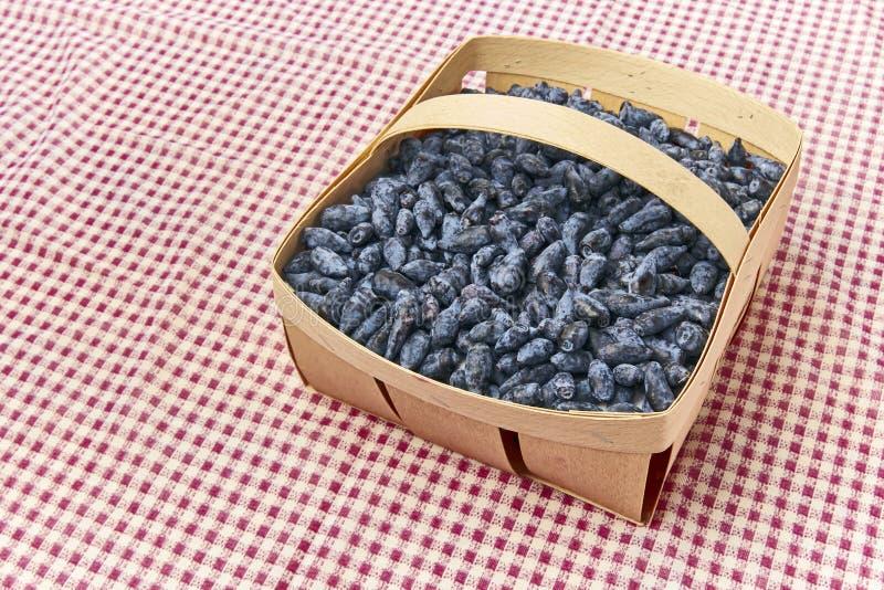 Kamperfoeliebessen in een houten mand royalty-vrije stock foto