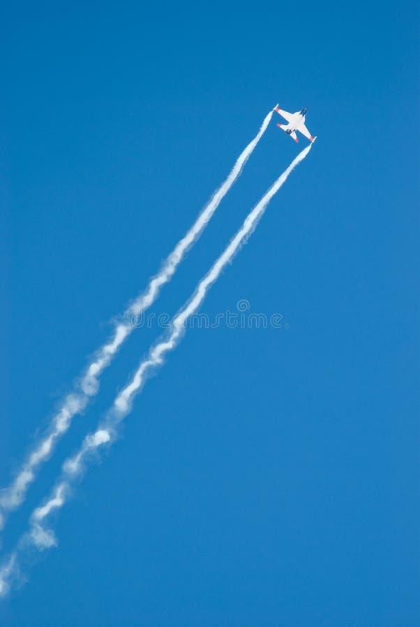 Kampfflugzeug auf einem Hintergrund des blauen Himmels lizenzfreie stockbilder