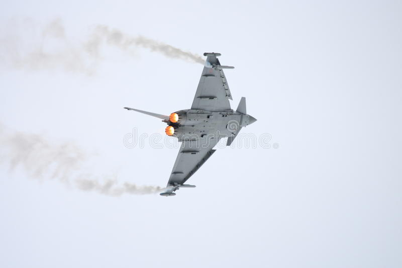 Kampfflugzeug, das sich stark nach links dreht stockfotografie