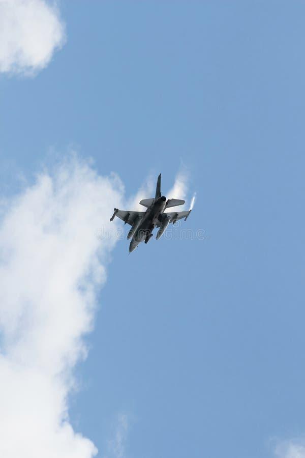 Kampfflugzeug F16 über Wolken stockbild