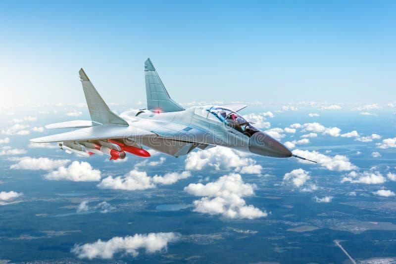 Kampfflugzeug mit den Waffen, die über die Wolken fliegen lizenzfreies stockfoto