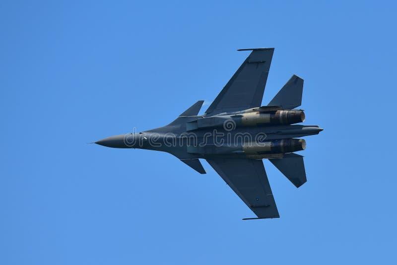 Kampfflugzeug RSAF F15-SG, das Kunstfliegen in Singapur Airshow durchführt lizenzfreies stockbild