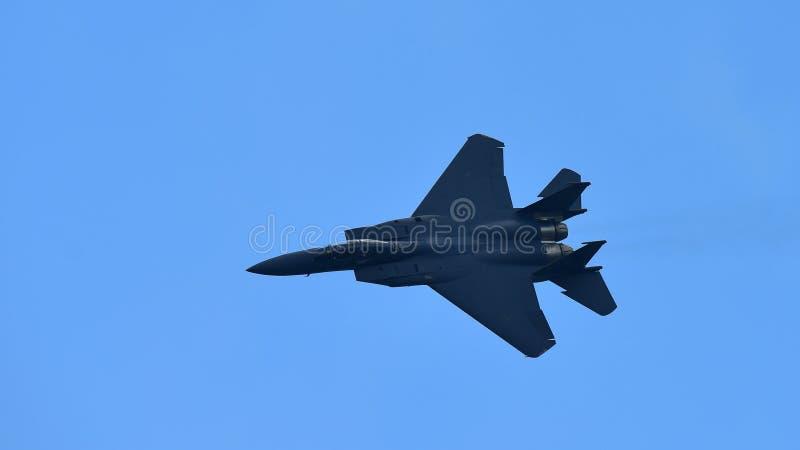 Kampfflugzeug RSAF F15-SG, das Kunstfliegen in Singapur Airshow durchführt lizenzfreie stockfotos