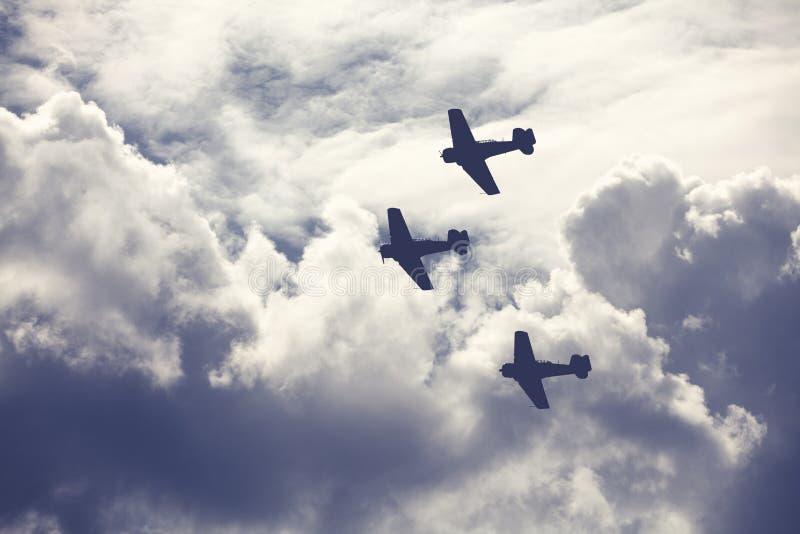 Kampfflugzeuge auf bewölktem Himmel lizenzfreies stockbild