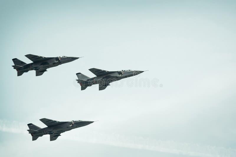 Kampfflugzeuge auf Hintergrund des blauen Himmels stockfotografie