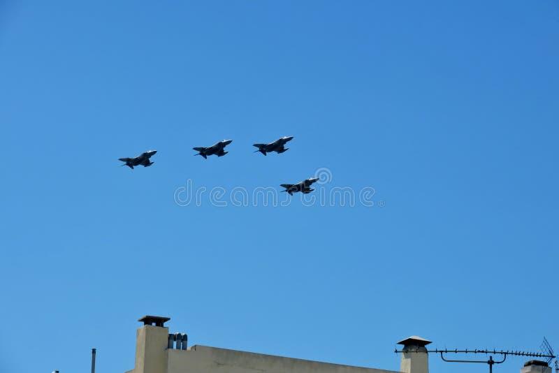 Kampfflugzeuge fliegen in den blauen Himmel auf Victory Day stockbild