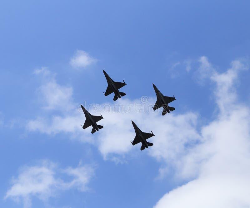 Kampfflugzeugfliegen des Falken F16 auf blauem Himmel lizenzfreie stockfotos