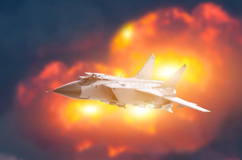 Kampfflugzeugflugzeug-Fliegenhintergrund einer starken Explosion Kriegsstreikkonzept stockfoto