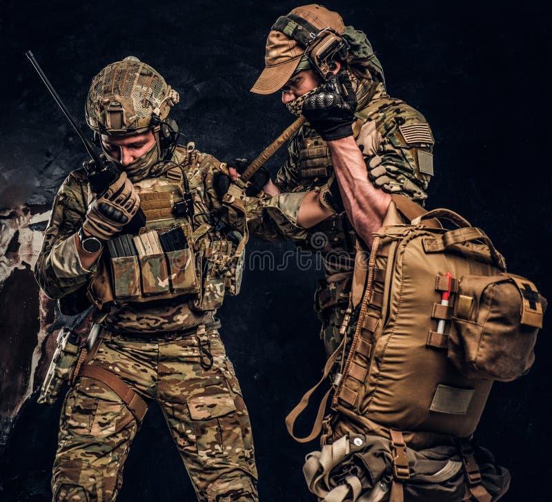 Kampfkonflikt, spezieller Auftrag, Rückzug Militärmediziner rettet seinen verletzten Mannschaftskameraden, der ihn weg vom Schlac stockbilder