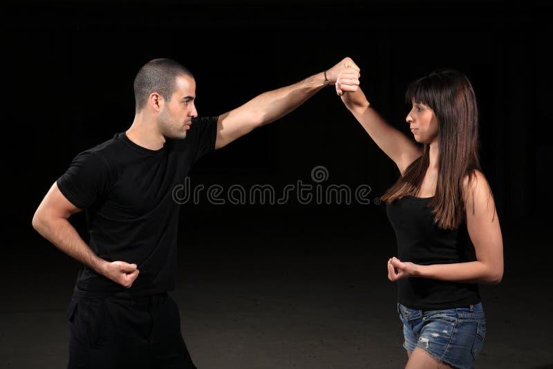 Kampfkunstfrauausbilder stockbilder