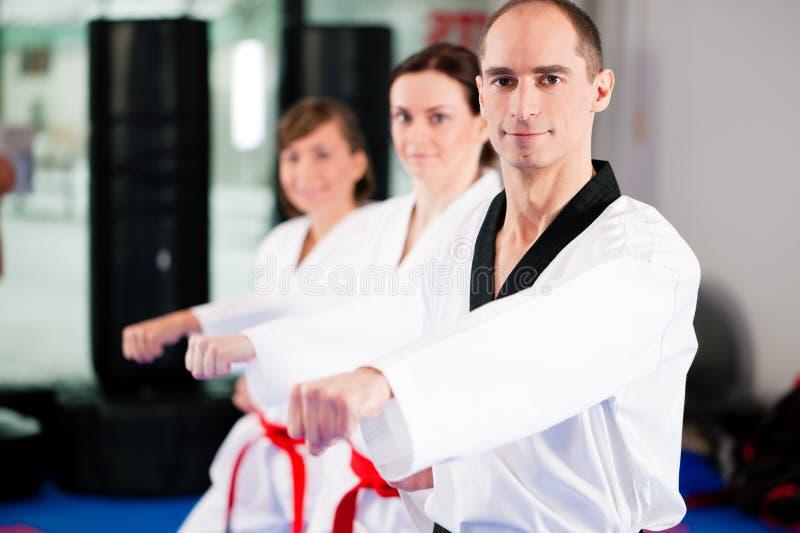 Kampfkunstsporttraining in der Gymnastik lizenzfreies stockbild