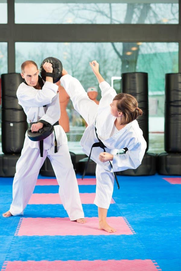 Kampfkunstsporttraining in der Turnhalle lizenzfreies stockbild