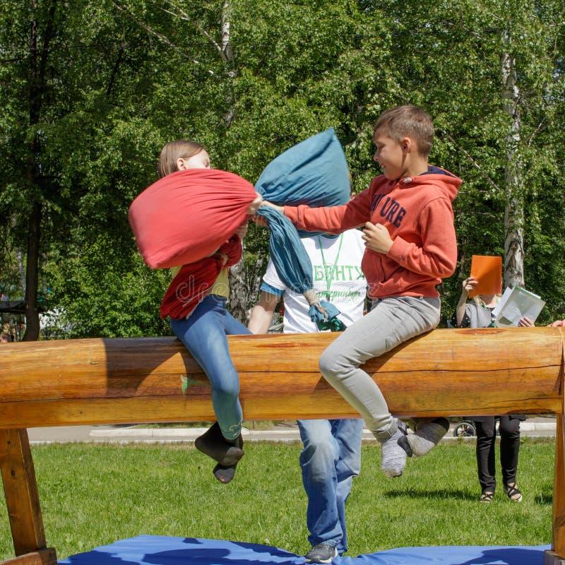 Kampftaschen, die auf einem Klotz sitzen Traditioneller Nationalfeiertag Sabantuy im Stadtpark stockbild