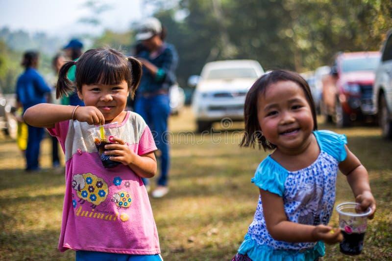 KAMPHAENGPHET, THAILAND - 8. Januar 2014 hat alle Ethnie in armem Thailand sehr aber schöne Kultur, diese Kind-` s lizenzfreies stockbild