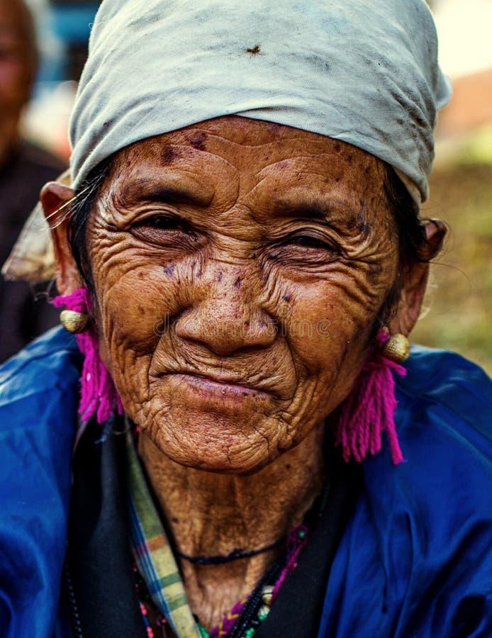 KAMPHAENGPHET THAILAND - Januari 01, 2014 har all folkgrupp i mycket fattiga Thailand men härlig kultur Denna gamla Karen kvinna royaltyfri fotografi