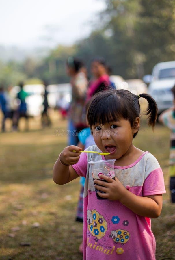 KAMPHAENGPHET THAILAND - Januari 08, 2014 har all folkgrupp i mycket fattiga Thailand men härlig kultur, ` s för dessa barn arkivbilder