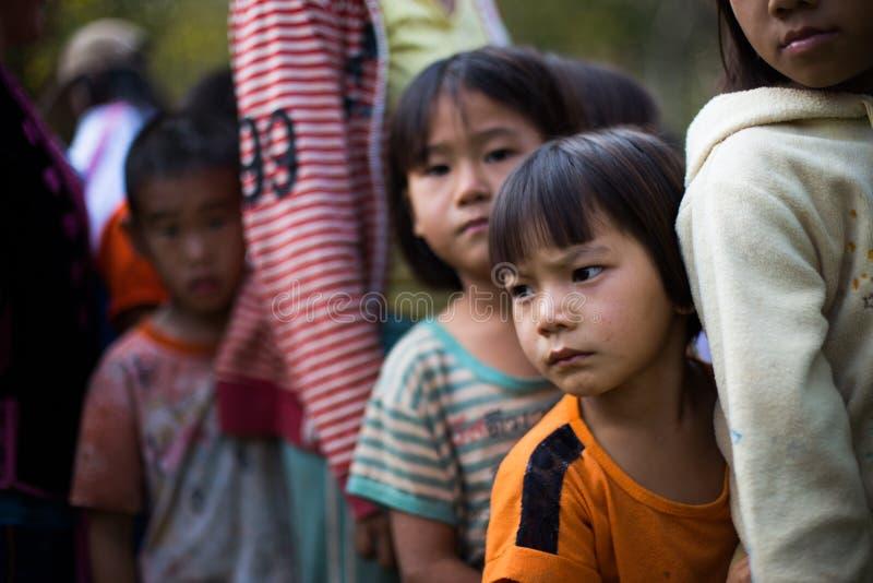 KAMPHAENGPHET THAILAND - Januari 08, 2014 har all folkgrupp i mycket fattiga Thailand men härlig kultur, ` s för dessa barn arkivfoto
