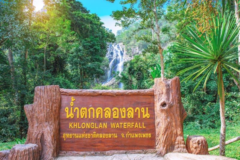 KAMPHAENGPHET,THAILAND- NOVEMBER 9.2019:View of Khlonglan Waterfall Sign no Parque Nacional de Khlonglan, na província de Kamphae fotos de stock royalty free