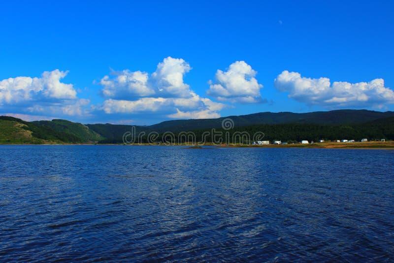 Kampieren auf dem Ufer von einem Gebirgssee lizenzfreies stockfoto