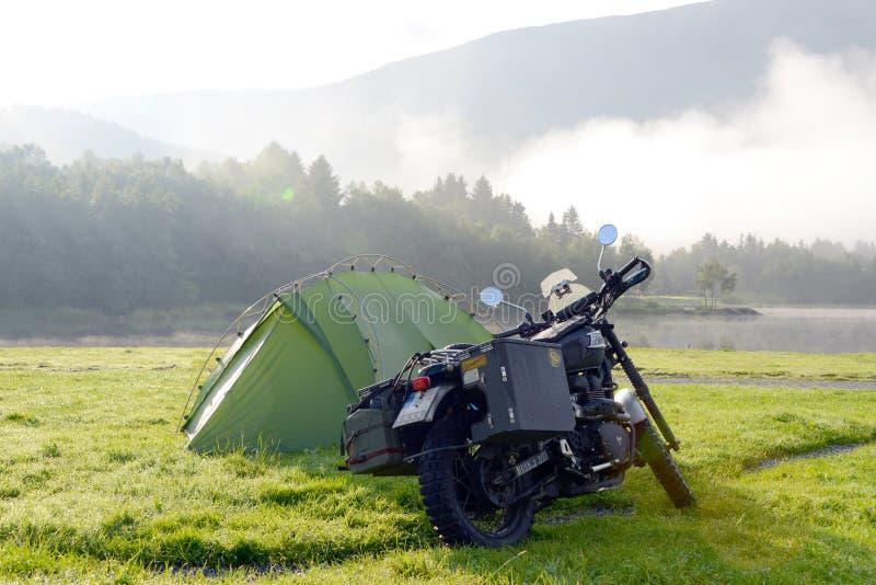 Kampieren mit Motorrad triumpg Verwürfelungsvorrichtung lizenzfreies stockbild